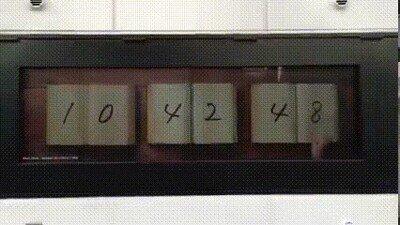 Enlace a Un reloj que funciona con libros y manos