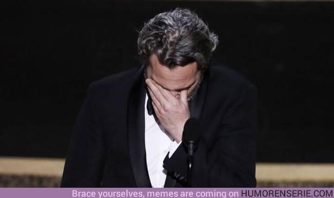 47136 - Joaquin Phoenix nos hace llorar recordando a su hermano fallecido en el momento en el que recoge un Oscar