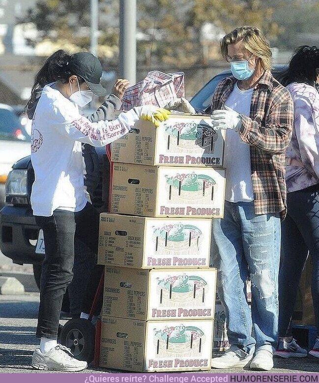 61459 - Brad Pitt repartió cajas de alimentos a familias de bajos ingresos de Los Ángeles, junto a un grupo de voluntarios