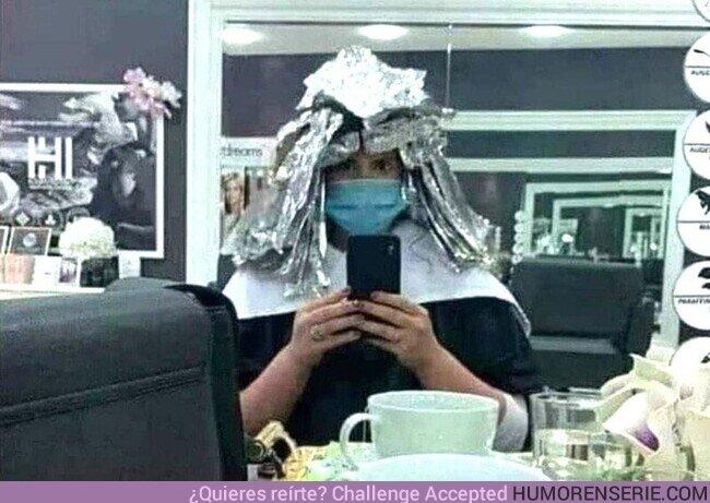 67390 - No sé si a esta señora le están tiñendo el pelo o preparándola para acabar con las Tortugas Ninja. Por @Chema_Ponze