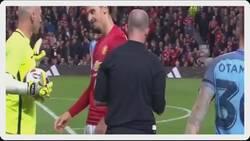 Enlace a Zlatan mostrándole cómo los tiene de cargados al árbitro