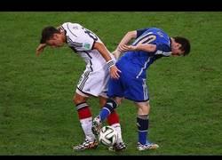 Enlace a No te pierdas el épico montaje de Mesut Özil humillando a grandes jugadores
