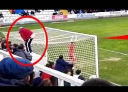 Enlace a VÍDEO: Un aficionado del Alcoyano le hace un calvo a un jugador del Hércules antes de un penalti