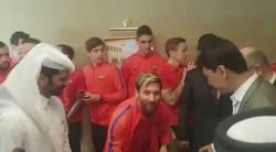 Enlace a Emotivo encuentro entre Messi y Murtaza, el niño afgano que llevaba su camiseta de plástico