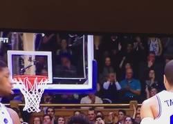 Enlace a WTF Mujer aplaude jugada de baloncesto dándole de hostias a su bebé