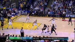 Enlace a VÍDEO: Ricky Rubio, espectador de lujo en la asistencia del año de Curry