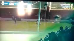 Enlace a TREMENDO: Marca el Alevín del Real Madrid y el Barça saca mientras celebra el Madrid para marcar