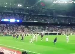 Enlace a Así les tocó vivir el gol de Messi a los hinchas de Real Madrid en El Clásico