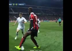 Enlace a La vacilada de Balotelli al PSG al final del partido que le hizo llevarse una hostia