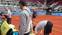 Enlace a Djokovic lanza regalos al público tras la retirada de Nishikori