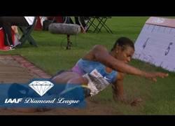 Enlace a Vídeo: A esta atleta se le cae la peluca en pleno salto y pierde 30cm de marca