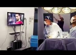 Enlace a Dos cirujanos paran una operación para… ¡ver y celebrar la victoria de Chile ante Portugal!