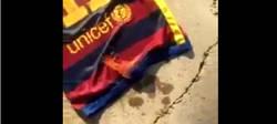 Enlace a Vídeo: Un aficionado del Barça le prende fuego a la camiseta de Neymar