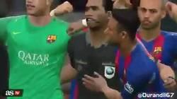 Enlace a WTF, un árbitro celebrando un gol con el Barcelona en el PES
