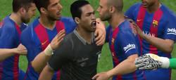 Enlace a Vídeo: El PES 2018 es tan real que los goles del Barça los celebras con el árbitro