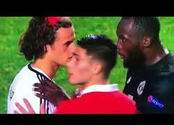 Enlace a Gesto enorme de Lukaku, consolando al portero del Benfica tras su error