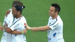 Enlace a La última genialidad de Ronaldinho: golazo desde el centro del campo