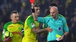 Enlace a El árbitro del Nantes vs PSG da una patada al brasileño Diego Carlos y después le expulsa