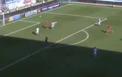 Enlace a Vídeo: La increíble jugada vista en la Bundesliga en el que el portero parece que se olvidó que juega