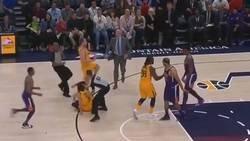 Enlace a Ricky Rubio no para de ser agredido en la NBA, lo último agresión doble