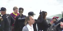 Enlace a Vídeo: Gran polémica por todo lo que está haciendo tirar a la basura la policía española a aficionados del Barça