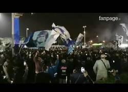 Enlace a Así es como reciben al Napoli después de la histórica victoria en Turín, ¡¡¡ÚNICOS!!!