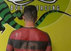 Enlace a TODOS LOCOS: Un aficionado del Flamengo se tatúa entero la camiseta de su equipo