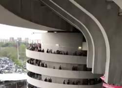 Enlace a El movimiento de gente subiendo por esta espiral de San Siro es hipnotizador