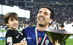 Enlace a Vídeo: Muy emotivo como se ha ido del campo por última vez Buffon con la Juventus y como jugador