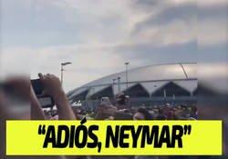 Enlace a Los mexicanos le dedican una canción a Neymar para despedirle del Mundial fuera del estadio