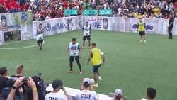 Enlace a Neymar participaba en un torneo freestyle en México y su reacción después de que un rival le quitase la pelota fue de lo menos deportiva