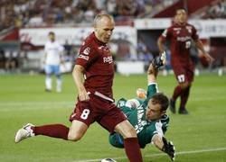 Enlace a Intacto. El primer gol de Iniesta en Japón fue una exquisitez. GOLAZO