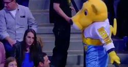Enlace a Mascota de los Denver Nuggets intentando ligar con chica del público