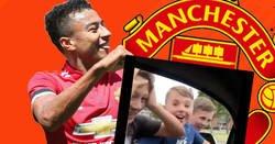 Enlace a Lingard mostrando al resto de futbolistas cómo actuar cuando niños fans se acercan a ti