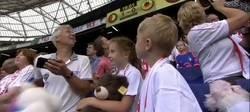 Enlace a El Feyenoord, fiel a su costumbre de cada año, regaló peluches en el estadio a los niños de un hospital