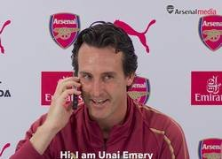 Enlace a VÍDEO: Unai Emery contesta un móvil en medio de su conferencia de prensa