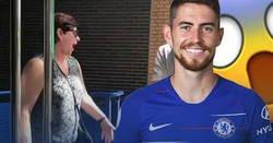 Enlace a La reacción de la madre de Jorginho al ver la camiseta de su hijo en la tienda del Chelsea