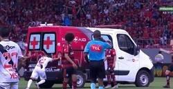 Enlace a Flamengo vs Vasco. Entra la ambulancia para asistir a un jugador y llevárselo, el vehículo no arranca y...