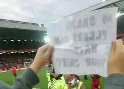 Enlace a Este niño rompe a llorar cuando Salah le regala su camiseta tras el partido
