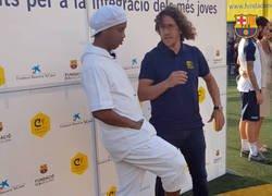 Enlace a Ronaldinho le suelta un caño a Puyol y éste le mete un codazo jajajaja