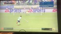 Enlace a Uno de los bugs más locos de FIFA 19. Durante una tanda de penaltis, se pita corner, el jugador lo saca, anota y el gol sube al marcador