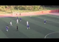 Enlace a Un árbitro se ralla en medio de un partido y marca un gol