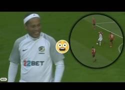 Enlace a Pocos jugadores hoy en día pueden hacer una jugada como esta de Ronaldinho, con cañete incluido