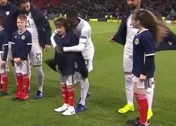 Enlace a El bonito gesto de los jugadores de Israel con los niños que salieron para la foto