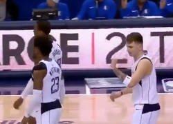 Enlace a Los Mavs dejan 'colgado' a Doncic en pleno partido: no te pierdas la genial reacción del rookie