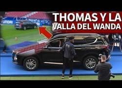 Enlace a Thomas, a punto de estampar su nuevo coche contra la valla del Wanda 1' después de recibirlo y tras costarle arrancarlo