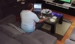 Enlace a Su mujer le apaga la tv en momentos cruciales del partido y se vuelve loco