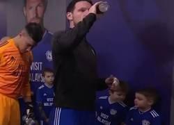Enlace a La lección de modales y educación de este niño con un jugador profesional del Cardiff City