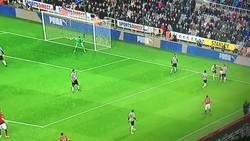 Enlace a Pogba sufre 2 caños en 5 segundos contra el Newcastle