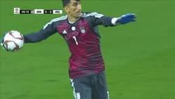 Enlace a El tremendo saque con el brazo de Alireza Beiranvand en la Copa Asia
